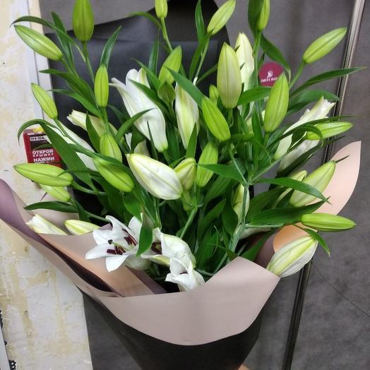 Лилии в дизайнерской упаковке: букеты цветов на заказ Flowwow