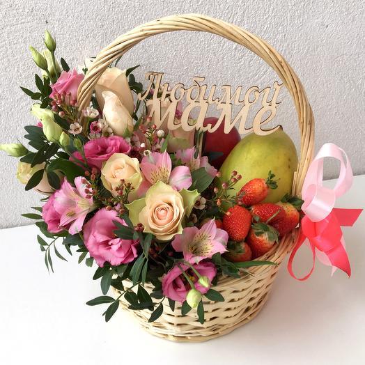 Подарочная корзина с цветами и манго: букеты цветов на заказ Flowwow