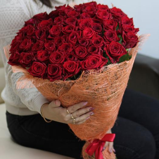 51 красная роза 60 см в сизали