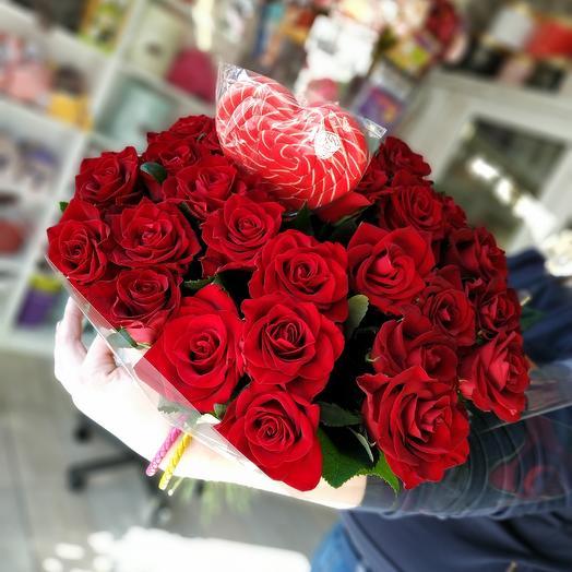 Букет из 25 красных роз с леденцом: букеты цветов на заказ Flowwow