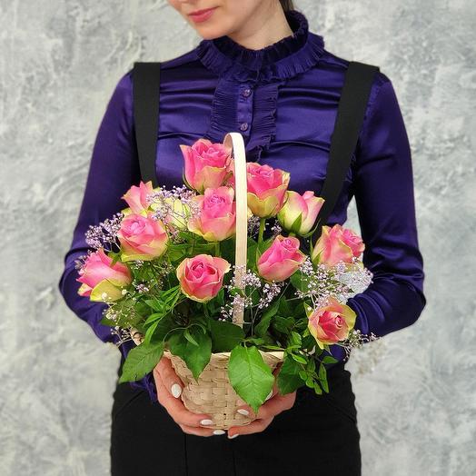 Нежная композиция в корзине из 15 роз: букеты цветов на заказ Flowwow