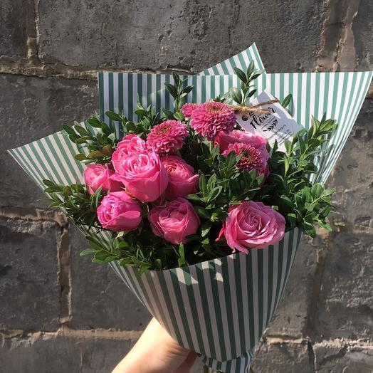 Букет с кустовыми розами и хризантемой: букеты цветов на заказ Flowwow