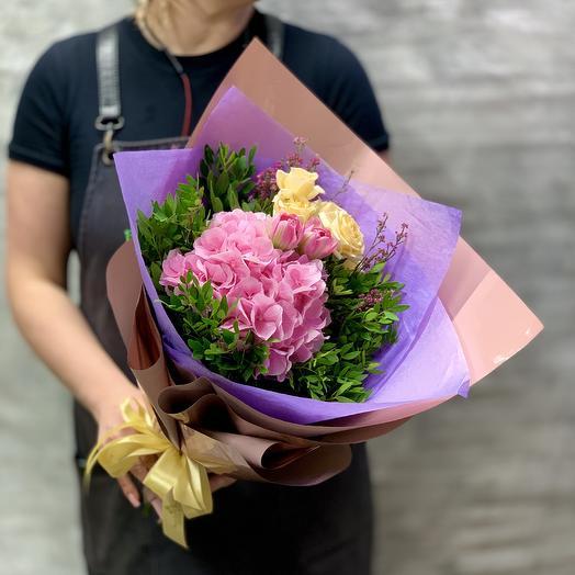 Букет с гортензией, кустовыми розами и тюльпанами: букеты цветов на заказ Flowwow