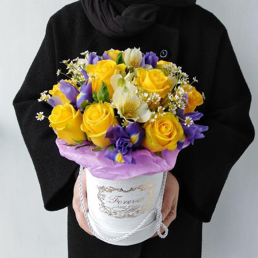 Коробка с ирисами и ромашками: букеты цветов на заказ Flowwow