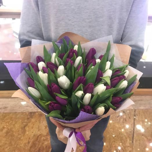 Букет из 49 фиолетовых и белых тюльпанов: букеты цветов на заказ Flowwow