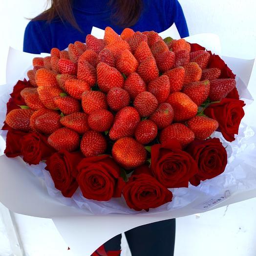 Букет из клубники и карамельных роз «Сладкая жизнь»