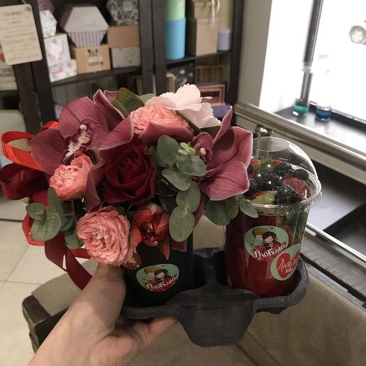 Цветочный коктейль с ягодами: букеты цветов на заказ Flowwow