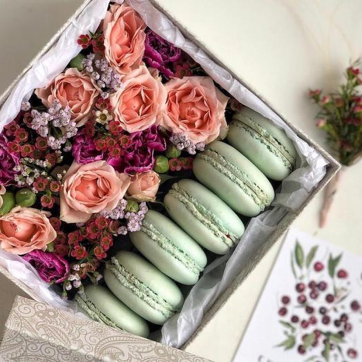 Коробка с цветами и сладостями  «Приятный сюрприз»