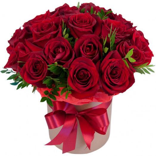 Цветы в коробке из 25 красных роз