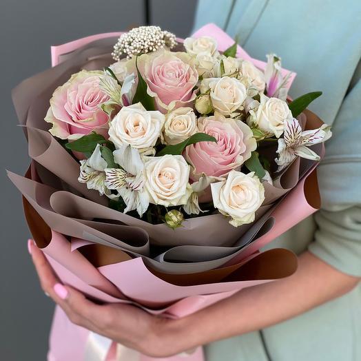 Букет из роз и альстромерии Воздушный поцелуй