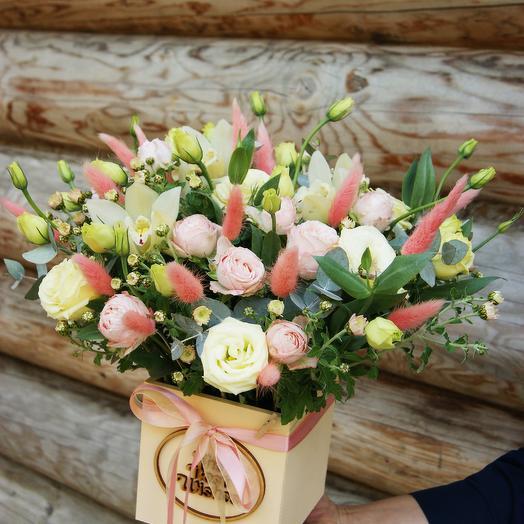 Композиция в коробке с Кустовой розой, Орхидеей и Эустомой