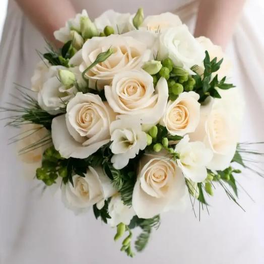 Букет невесты из кремовых роз и фрезии