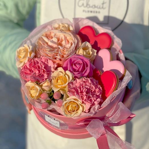 Цветы в коробке с печеньем «сердечки»