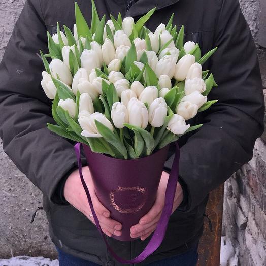 Белые тюльпаны в конусе