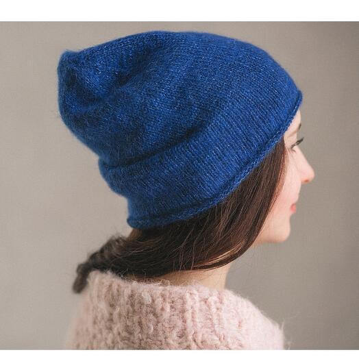 Простая пушистая шапка «цвет индиго»