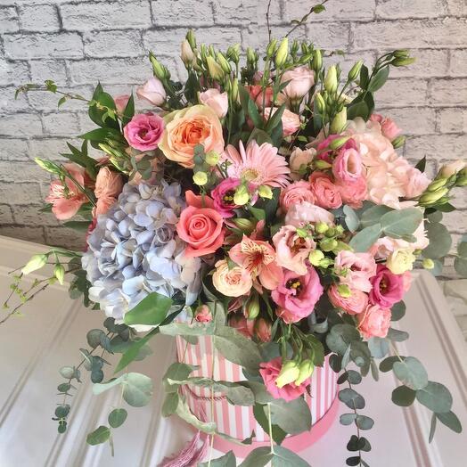 Коробка с летними нежными цветами