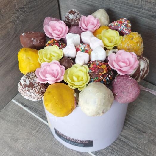 Съедобный букет - Клубника в шоколаде в шляпной коробке