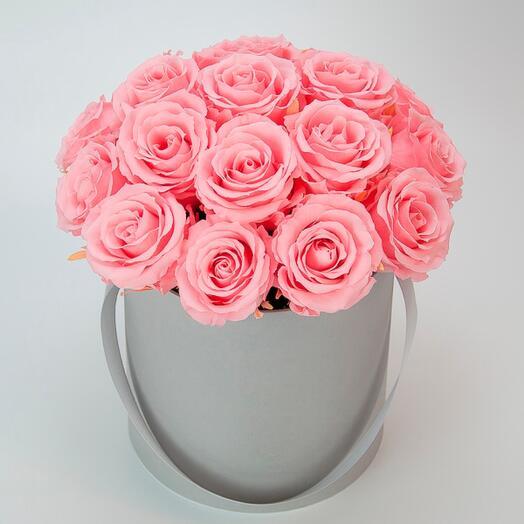 Цветы в коробке розовые розы
