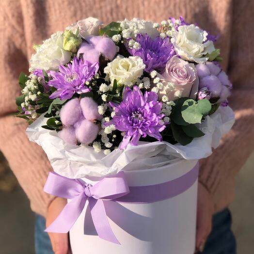Коробка с крашенной хризантемой, хлопком и розой