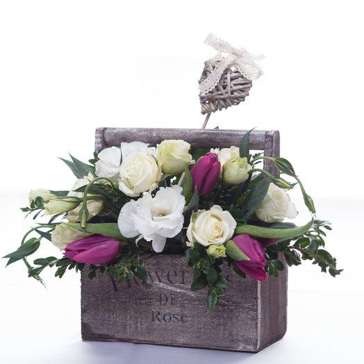 Деревянный ящик с тюльпанами