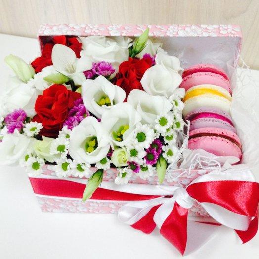 Коробка с цветами и пирожными macarons 1