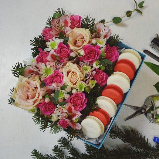 Цветочная коробочка с макарунами: букеты цветов на заказ Flowwow