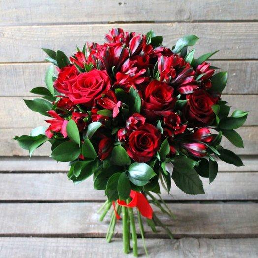 Букет из красных роз и альстромерии: букеты цветов на заказ Flowwow