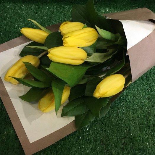 Необычный букет из 7 тюльпанов в крафте: букеты цветов на заказ Flowwow