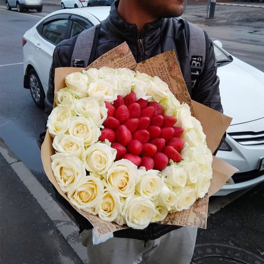 Белая роза с клубникой: букеты цветов на заказ Flowwow