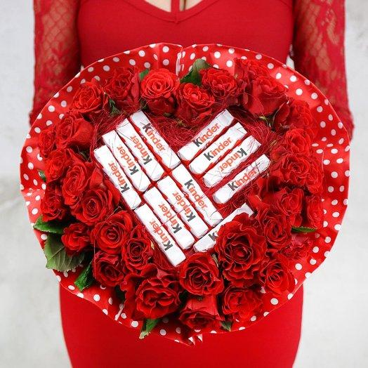 Букет из 31 красной розы и киндер шоколада
