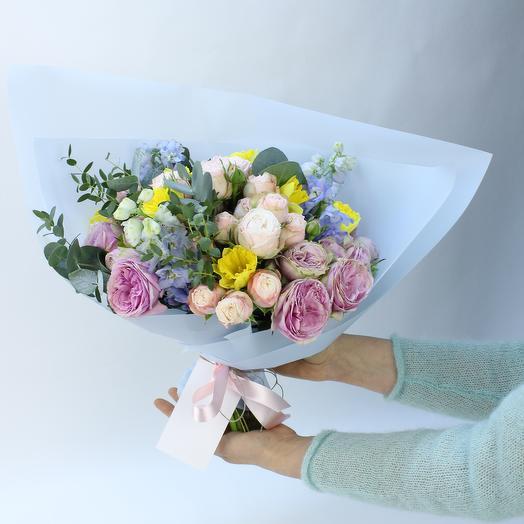 Букет с пионовидными розами, нарциссами и дельфиниумом: букеты цветов на заказ Flowwow
