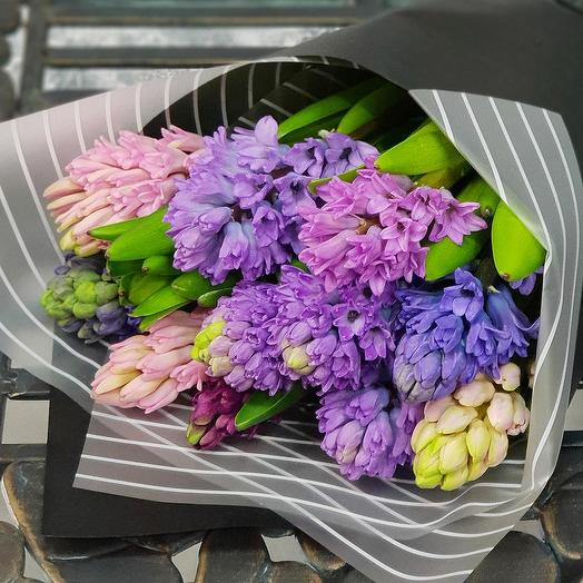 Весенний букет из гиацинтов в стильной упаковке: букеты цветов на заказ Flowwow