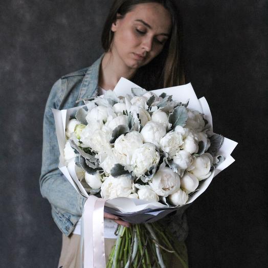 Букет из белых пионов и веточек сенецио: букеты цветов на заказ Flowwow