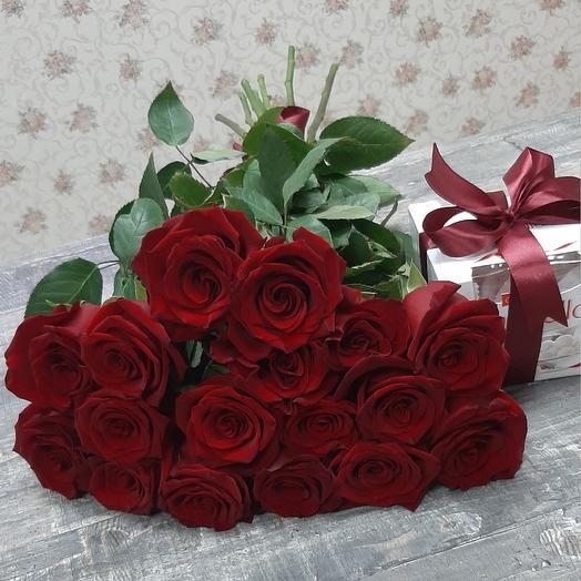 Monobucket of 17 red roses and Raffaello