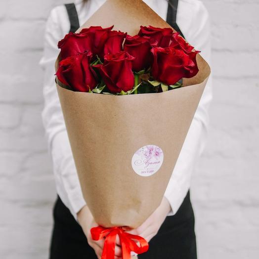 Букет из 9 роз в крафте красные