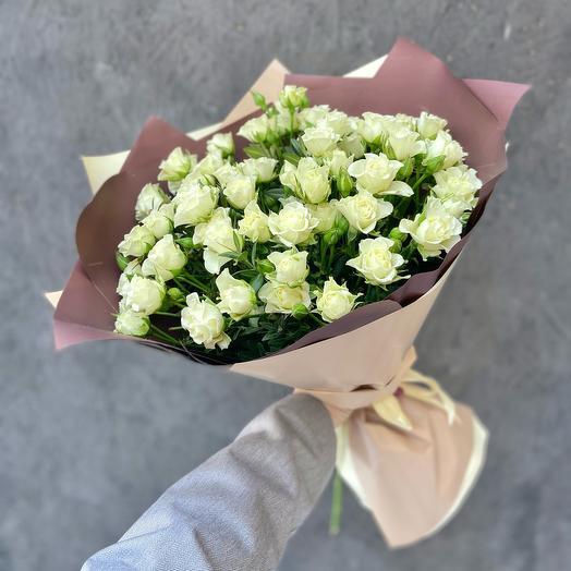 Букет 15 белых кустовых роз «Сноуфлейк»