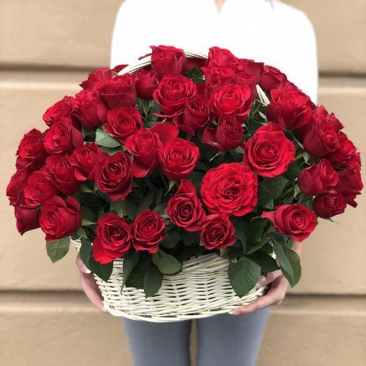 101 роза в плетеной корзине