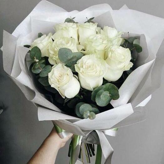 Белая роза с эвкалиптом
