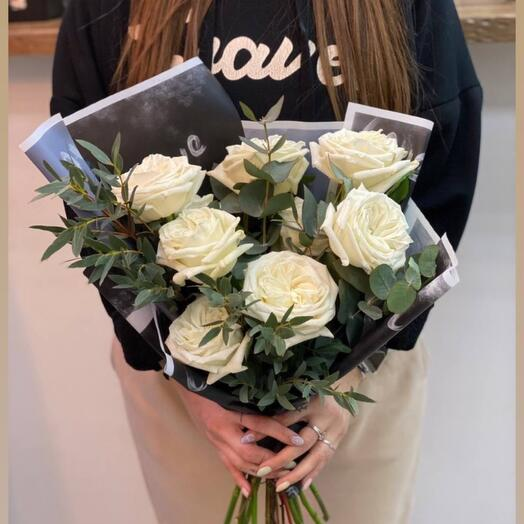 Белые Розы (9 шт) с эвкалиптом