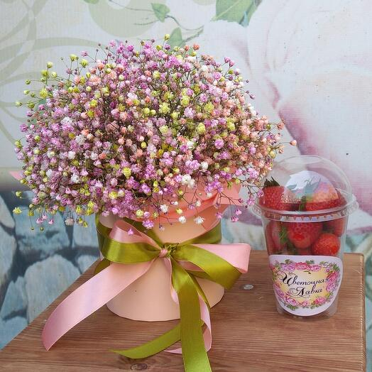 A box of gypsophila and a glass of strawberries 💓