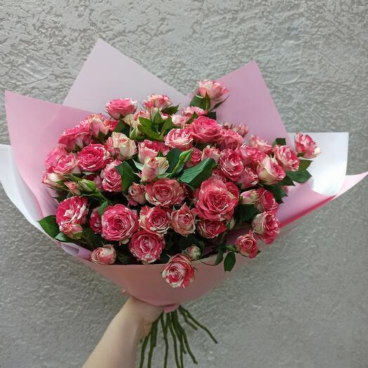 Красивый букет кустовых роз
