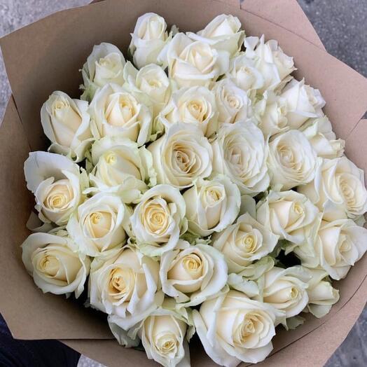 35 свежих белых роз