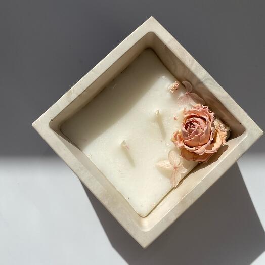 Свеча с ароматом лепестки роз