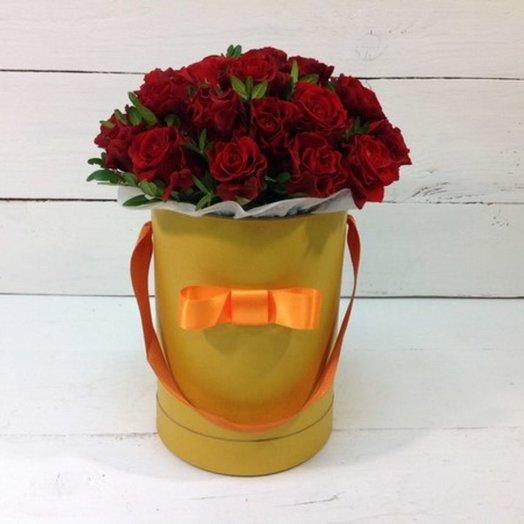 Шляпная коробка с алыми розами Эльторо: букеты цветов на заказ Flowwow