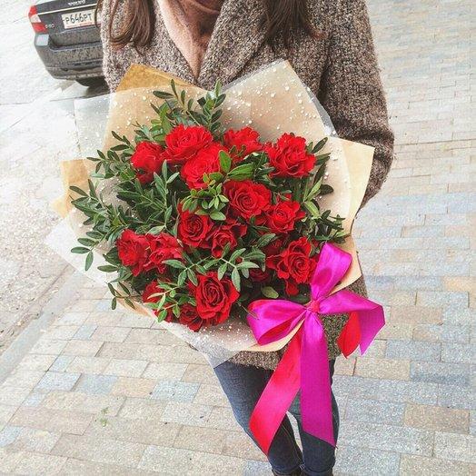 Красные розы и зелень: букеты цветов на заказ Flowwow
