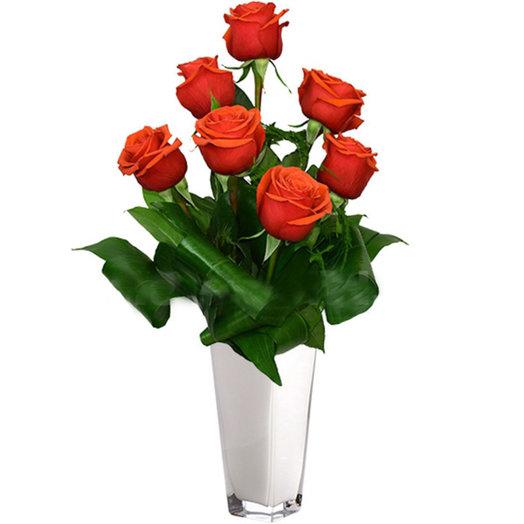 Оригинальный букет из 7 оранжевых роз с зеленью