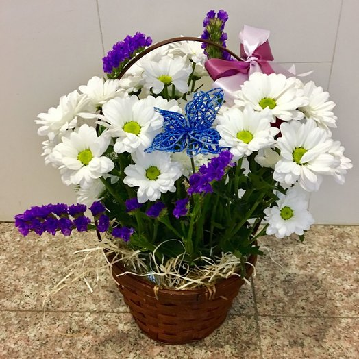 Basket with daisies