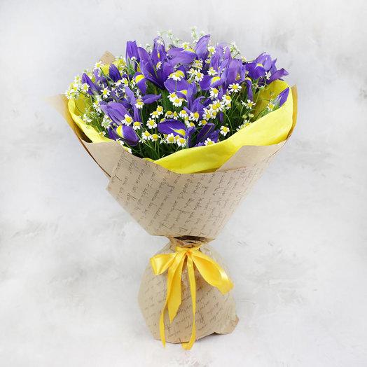 Букет из ирисов и ромашек в крафте: букеты цветов на заказ Flowwow