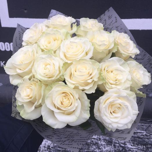 Букет из 15 белых роз в стильной упаковке: букеты цветов на заказ Flowwow