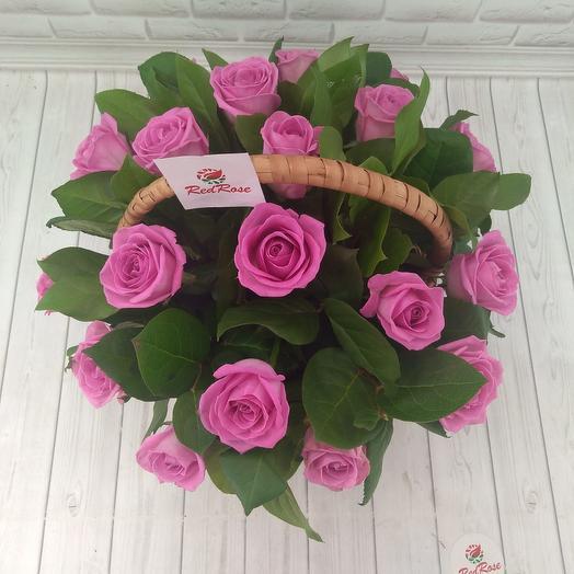 19 роз Аква с зеленью в корзине